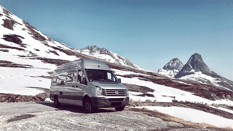 Wohnmobil in Schneelandschaft
