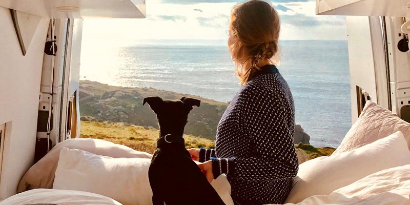 Frau und Hund im Wohnmobil