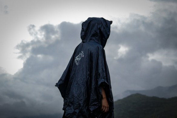 Typ mit Regenmantel